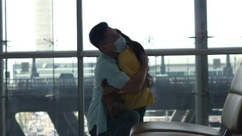 Vater Hug Im Flughafen