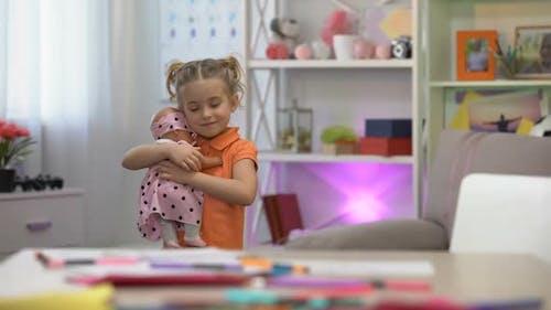 Mädchen mit Puppe, Umarmen Lieblingsspielzeug, Mädchenhafte Freizeit, Kindheitsglück