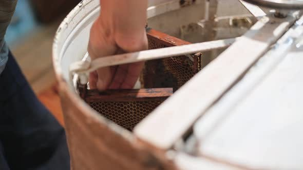 Manual Centrifuge Device That Spin the Honey From Cells