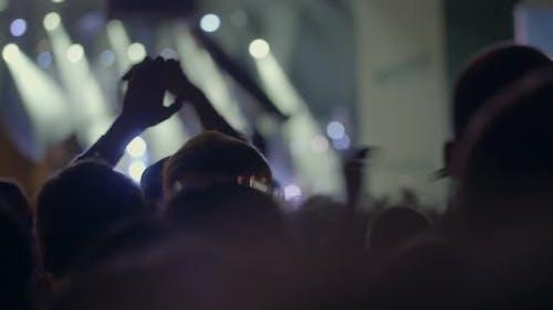 In MSU, Moskau bei einem Konzert Wir sind zusammen von der Musikgruppe Kino Menschenmenge klatschen über den Kopf