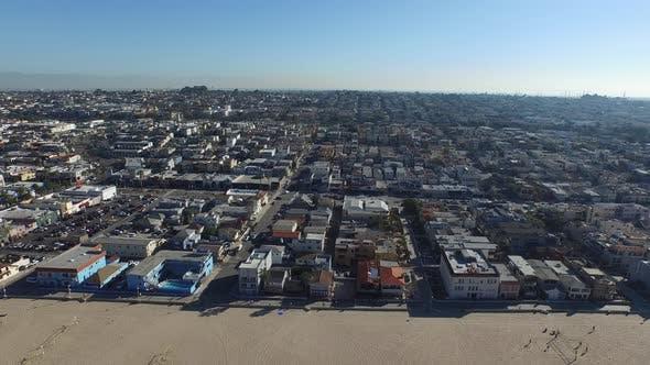 Luftaufnahme des Strandes und Ozeans.