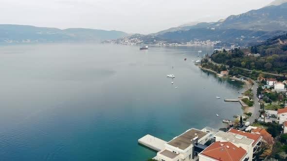 Thumbnail for Drohne fliegt über der Stadt bei Seacoast