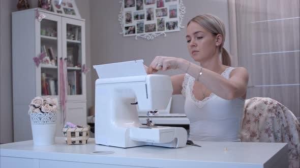 Thumbnail for Junge Frau Vorbereitung Ihre Nähmaschine