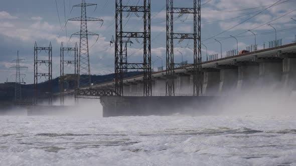 Das Wasserkraftwerk entlädt große Mengen Wasser