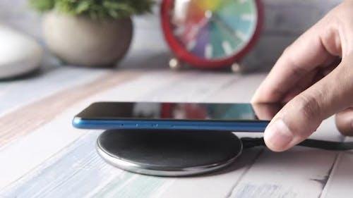 Aufladen des Smartphones mit kabellosem Ladepad Draufsicht