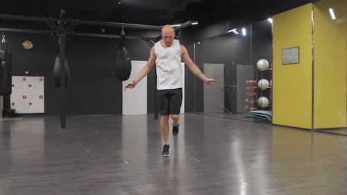 Junger Europäer geht auf Sport Springseil, Übungen im Fitnessstudio, Selbsttraining