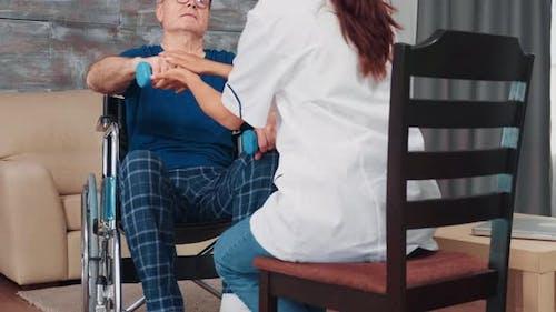 Senior Mann mit Muskeltrauma