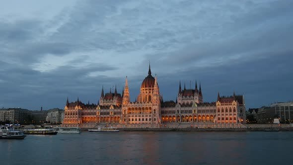 Cover Image for Evening time lapse from cruise ships and ferries with the Hungarian Parliament Building