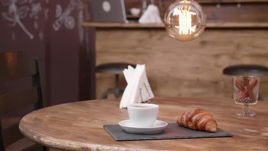 Thumbnail for Nahaufnahme Parallax Schuss einer weißen Tasse starken schwarzen Kaffee und ein Snack