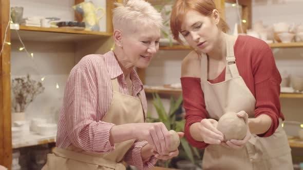 Thumbnail for Senior Ladies, die Töpferei beim Meisterkurs im Keramikstudio lernen