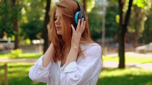 Student hören Song im freien