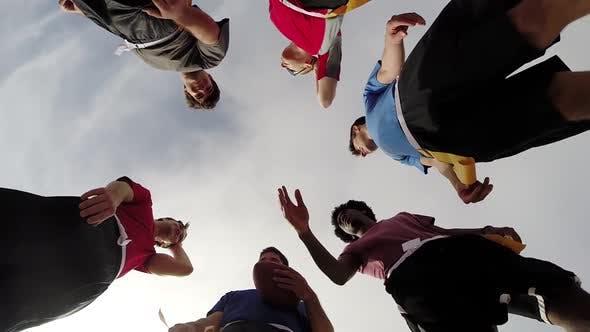 Thumbnail for Eine Gruppe junger Männer spielen Fahnenfußball am Strand.