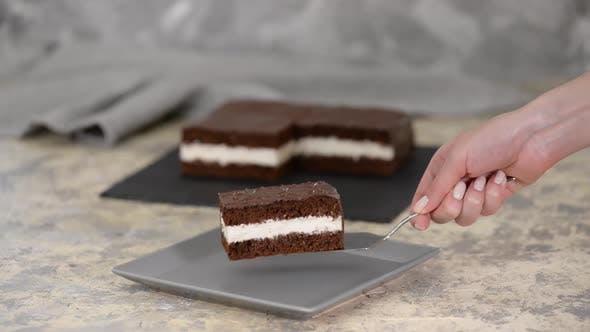 Thumbnail for Köstlicher Schokoladenkuchen auf dem Tisch