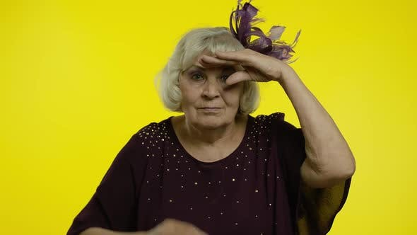 Thumbnail for Senior Alte Frau blickt weit weg mit Hand über Augen, Suche auf Distanz, Ausdruck Überraschung