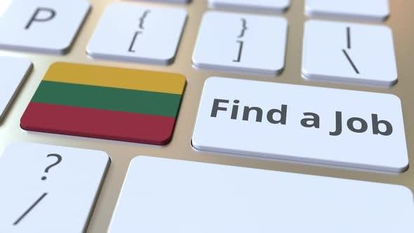 FINDEN SIE EINEN JOB Text und Flagge Litauens auf den Schlüsseln