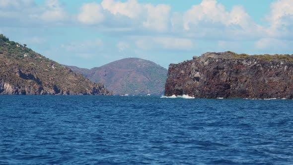 Thumbnail for Blick vom bewegten Runabout auf Yachten, Berge, Meer und Himmel