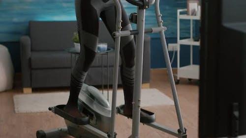 Fit Slim Woman Trainerin mit Sportbekleidung Training Körpermuskulatur Arbeiten am Ellipsentrainer