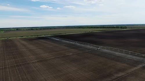 Bewässerungssysteme im Feld, riesige Beregnungsmaschinen