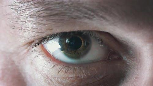 Männliches Auge Zoom auf Bitcoin