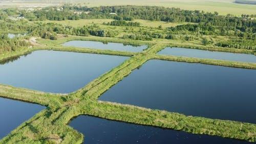 Luft-Ansicht Retention Becken, Nass-Teich, Nass-Haft-Becken oder Regenwasser-Management Teich, ist ein
