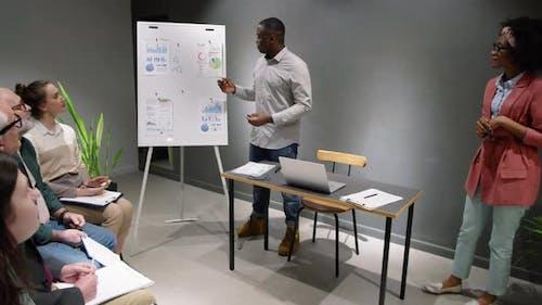Афро-американские бизнес-тренеры — мужчины и женщины — читают лекции для сотрудников