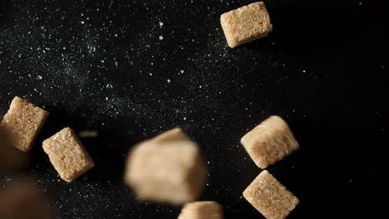 Thumbnail for Würfel von Brown Sugar fallen auf den Tisch