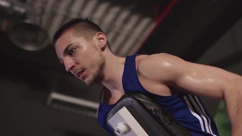 Bodybuilder Training im Fitnessstudio