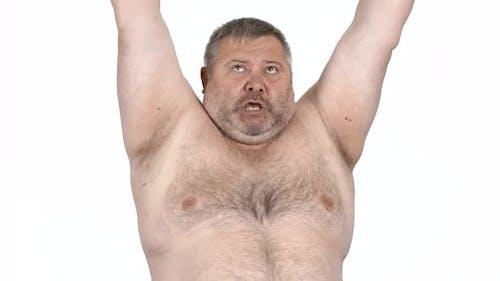 Fat Man hebt Hanteln mit Anstrengungen