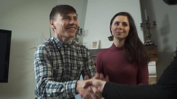 Thumbnail for Nahaufnahme des zufriedenen kaukasischen Klienten Schütteln der Hand des Psychologen