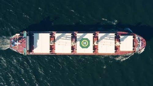 Hoch angewinkelte Ansicht des großen Frachtschiffes