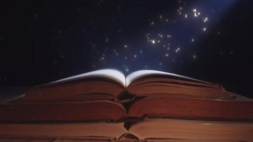 Ein Lichtstrahl fällt auf das offene Zauberbuch mit fliegenden Buchstaben