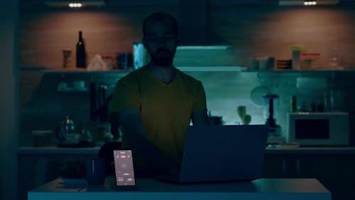 Mann arbeitet von Smart House mit Automatisierungs-Beleuchtungssystem
