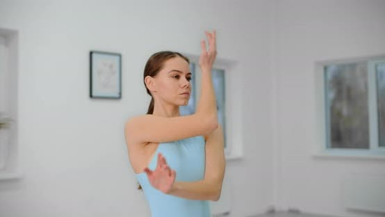 Thumbnail for Tänzerin wärmt sich vor der Probe im White Bright Dance Hall, Ballettprobe, Ballerina im