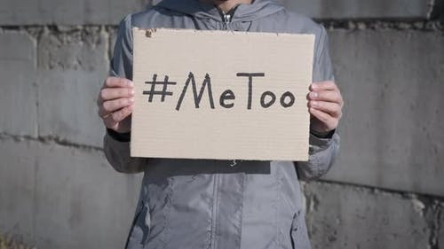 Frau gegen Belästigung.
