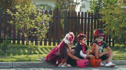 Kinder werfen Äpfel nach Trick-oder-Behandlung weg