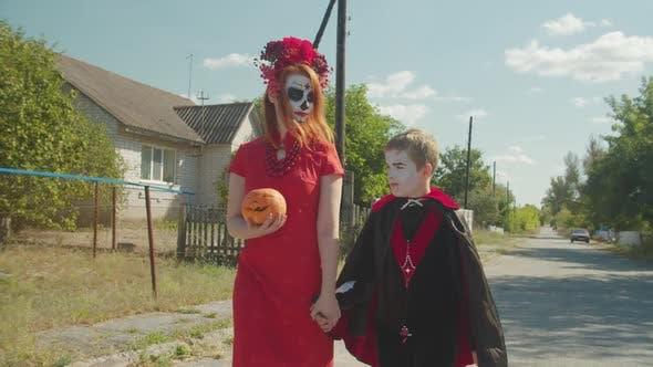 Mutter und Sohn Trick oder Behandlung auf Halloween