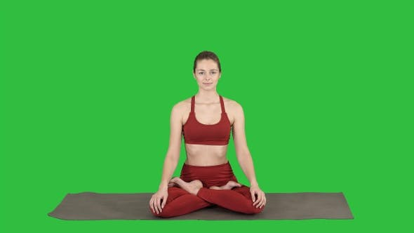 Thumbnail for Sportlich attraktive Frau praktiziert Yoga sitzend in Lotus