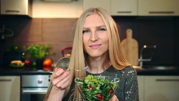 Thumbnail for Frohe Frau Essen gesunden Salat.