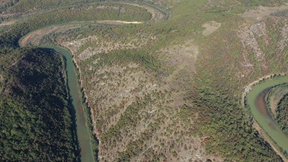Hoch über dem grünen Timok River Mäander 4K Luftaufnahmen