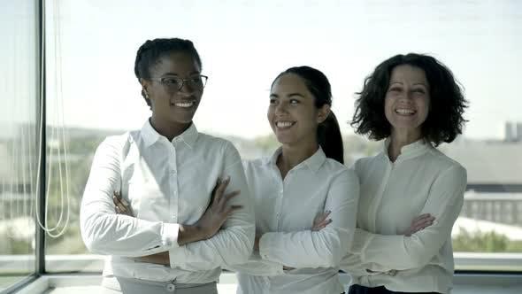 Thumbnail for Glückliche multiethnische Geschäftsfrauen