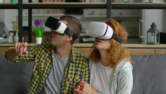 Thumbnail for Mann und Frau beobachten 360 Video in VR Headset