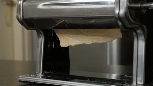 Weizenteig abgeflacht mit Nudelmaschine 4K 2160p 30fps UltraHD Filmmaterial - Lasagne Blätter verarbeitet