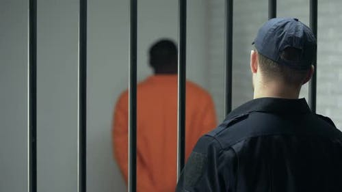 Gefängnisdirektor betrachtet gefährliches kriminelles Gehen in Zelle, lebenslange Haftstrafe