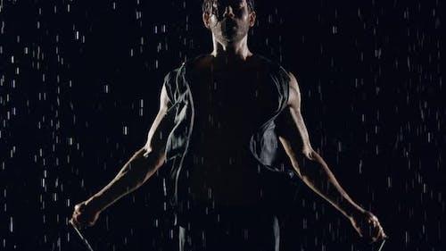 Athletic Mann Springen Seil Im Regen