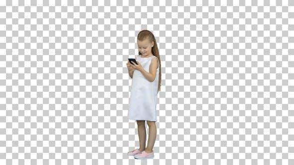 Nettes kleines Mädchen lächelnd und nutzt ein Handy, Alpha Channel