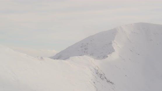 Lufthubschrauber Schuss von Tal zu goldenen Stunde, Hubschrauber Landung in der Nähe von Brücke, Berge im Backgr