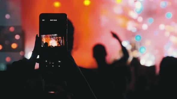 Thumbnail for Силуэт женских рук делает видео со смартфоном на Live Rock Concert. Замедленное движение