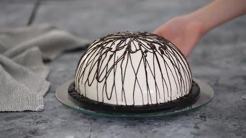 Pancho Kuchen mit Ananas und Sauerrahm gekrönt mit Schokolade.