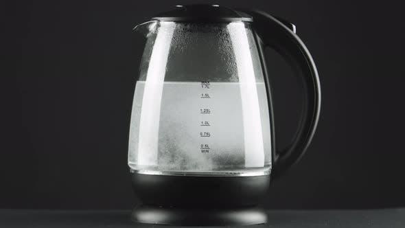 Thumbnail for Das Wasser im Wasserkocher mit durchsichtigen Glaswänden kocht.  Konzept