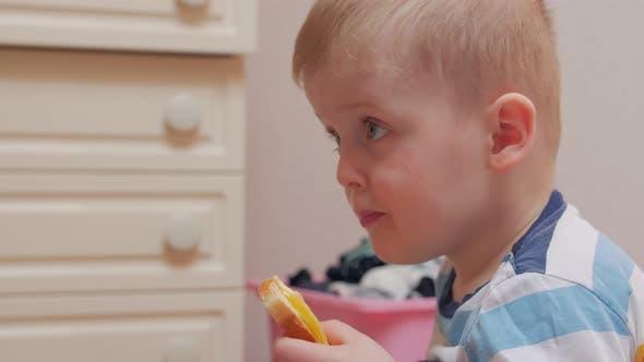 Junge kaut ein Sandwich